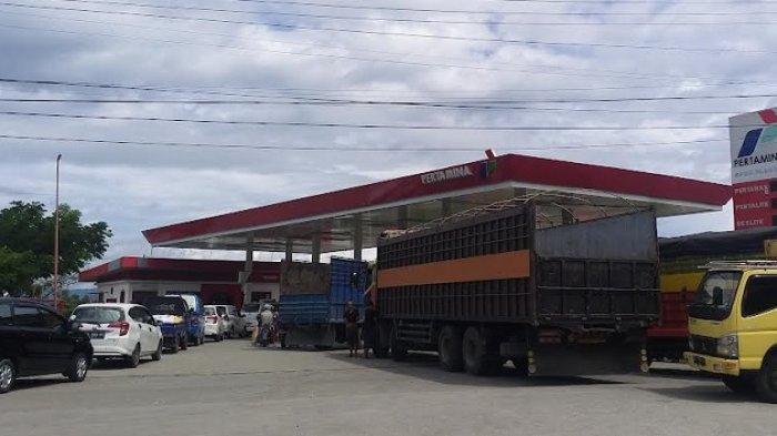 Antrean Truk Hingga ke Bahu Jalan di SPBU Jl RE Martadinata Palu