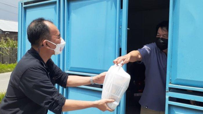 Staf Khusus Menteri Pertanian RI Antar Makanan untuk Warga Isoman di Palu