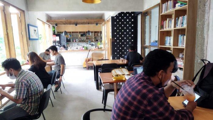 Ruang DuaLapan Cafe, Tempat Nongki Santai Sambil Kerja Tugas di Kota Palu - suasana-cafe-ruang-dualapan.jpg