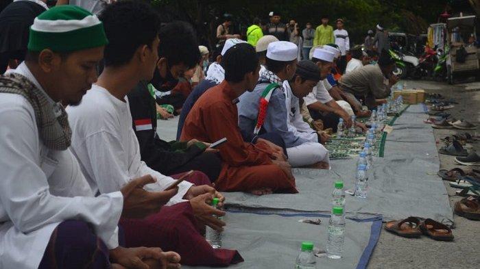 Puluhan Warga Ikut Buka Puasa Bersama di Kawasan Religi Sis Aljufri Palu