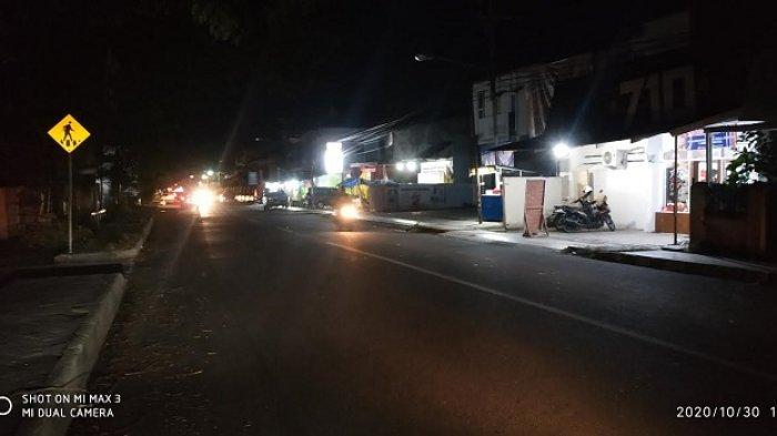 Kondisi Jl Jenderal Gatot Subroto, Kecamatan Palu Timur, Kota Palu, Sulawesi Tengah, di malam hari tanpa lampu jalan, Jumat (30/10).