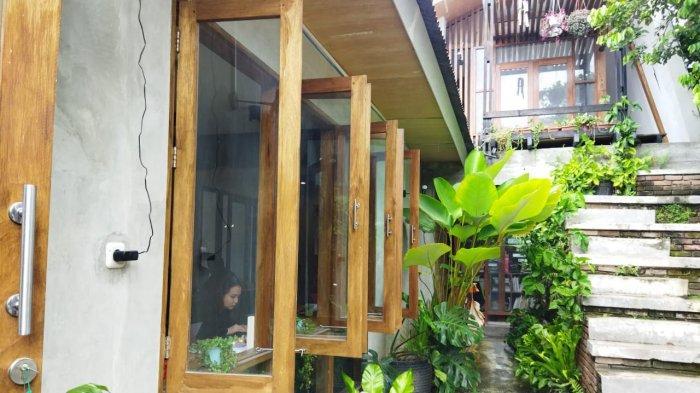 Ruang DuaLapan adalah cafe yang terletak di Jl KH Dewantoro, No 28, Kecamatan Palu Timur, Kota Palu, Sulawesi Tengah.