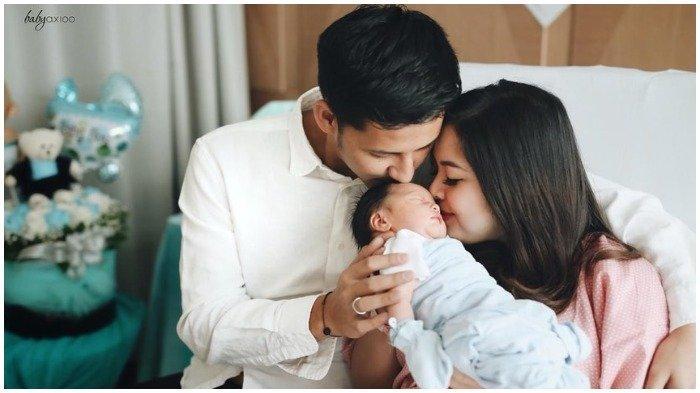 Tasya Kamila bersama sang suami, Randi Bachtiar dan putra pertama mereka saat umumkan lahiran, Senin (13/5/2019).