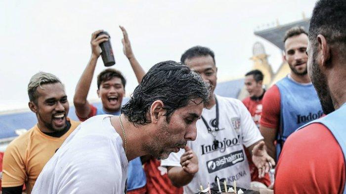 Rayakan Ultah ke-45, Coach Teco Dapatkan Kejutan Kue hingga Guyuran Air dari Pemain Bali United