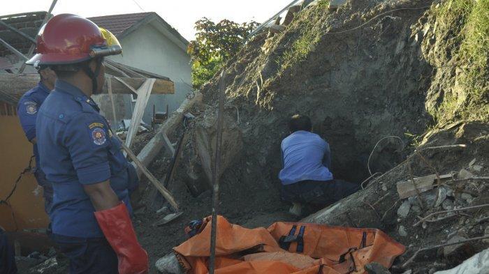 Tim Penyelamat Damkar Palu Lanjutkan Evakuasi Jenazah Korban Likuifaksi yang Ditemukan di Petobo