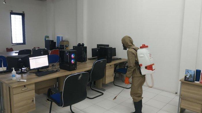 Tim Spraying Kota Palu Semprot Disindektan di Kantor TribunPalu.com