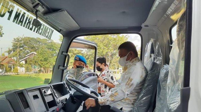 Tes Drive, Hadianto Kemudikan Truk Bantuan PUPR Berkeliling Kantor