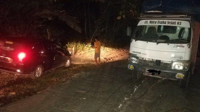 Truk over muatan sebabkan antrian kendaraan di bukit Pangi, Desa Desa Pangi, Kecamatan Baolan, Kabupaten Tolitoli Sulawesi Tengah, Minggu (10/10/2021) malam.