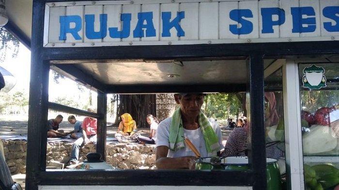Tukang Rujak Naik Haji: Nabung 5 Ribu Per Hari Selama 7 Tahun