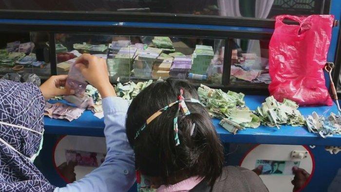 Dua orang wanita tampak sedang merapihkan dan menukarkan sejumlah uang kertas rusak di mobil penukaran uang di halaman Keraton Kacirebonan dalam kegiatan Mini Ekspo UMKM Wisausaha Bank Indonesia pada Senin (29/4/2019). Keduanya telah menabung bertahun-tahun untuk biasa sekolah keluarganya.