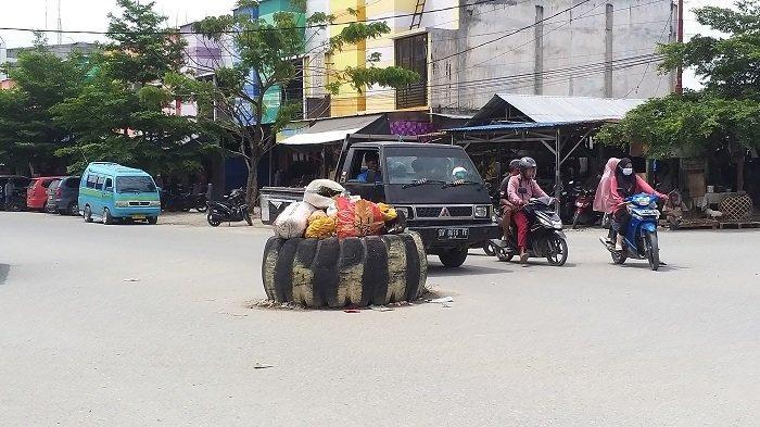 Tumpukan Sampah Jadi Marka Jalan di Pasar Inpers Manonda Palu