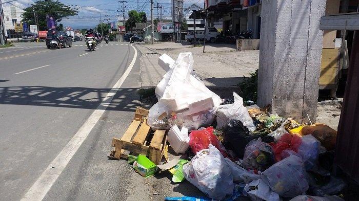 Sampah Rumah Tangga Dibuang Sembarang di Jl Emmy Saelan Palu