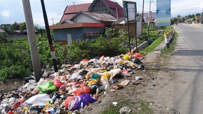 Sudah Ada Papan Larangan, Warga Sekitar Jembatan Jl Setia Budi Palu Tetap Buang Sampah Sembarangan