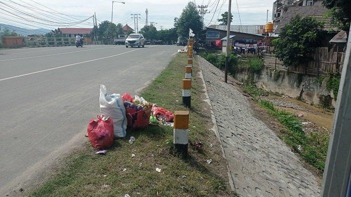 Warga Sekitar Jembatan Jl Sisingamangaraja Palu Buang Sampah Sembarangan, Ditinggal di Pinggir Jalan