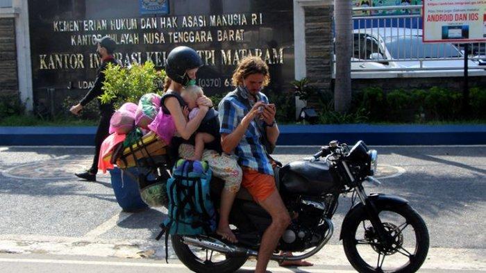 Viral Suami Istri asal Rusia Mengamen di Lombok dan Bawa Bayi, Tidak Bisa Pulang karena Lockdown
