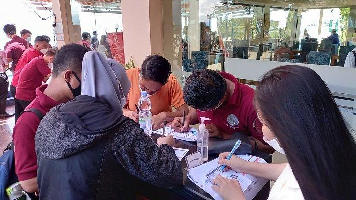 56 Karyawan Hotel Santika Palu Disuntik Vaksin COVID-19 Tahap Pertama