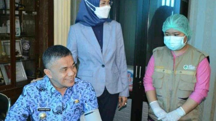 Wali Kota Palu Hadianto Rasyid bersama Wakilnya dr Reny menjalani vaksinasi tahap dua di ruang Kerja Wali Kota Palu, Rabu (17/3/2021).