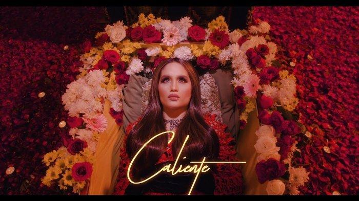 Lirik Lagu Terbaru Cinta Laura Caliente Lengkap dengan Video Klipnya