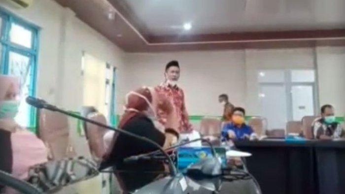 Viral Video Anggota DPRD Maluku Tengah Ngamuk & Lempar Mikrofon saat Rapat Penanganan Corona