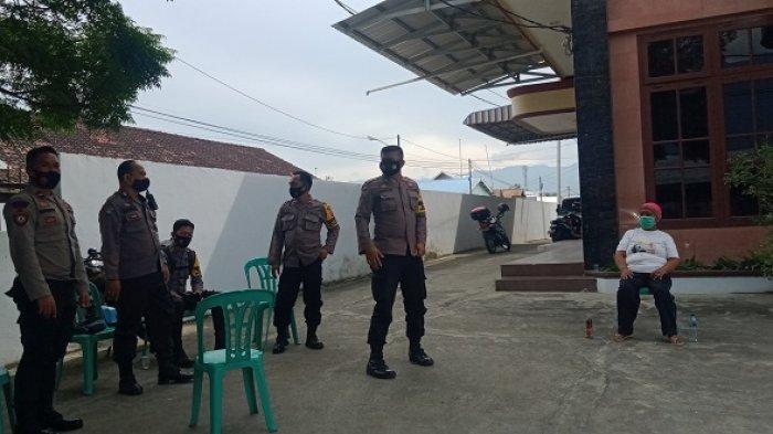 pengaman dari polisi di Viraha Dharmasunya Maitreya, Jumat (12/2/2021).