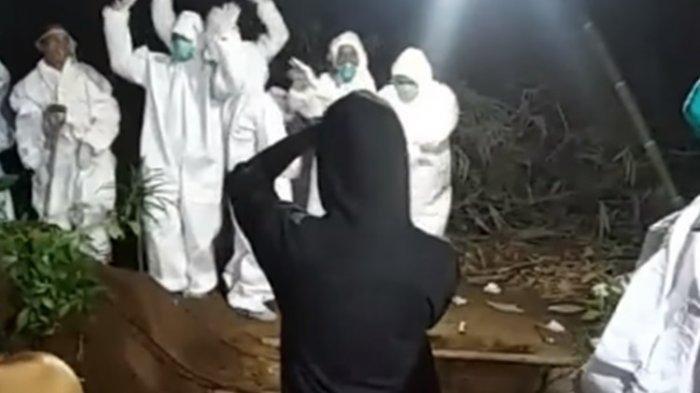 'Miris' Caption Video Viral Relawan Pemakaman Jenazah Covid-19 Joget di Samping Liang Kubur