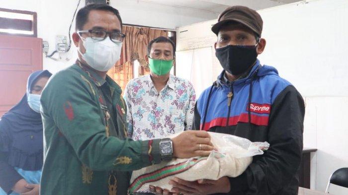 Wabup Sigi Salurkan Bantuan Beras Ke Warga Kinovaro dan Marawola Barat