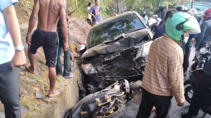 Mobil Hilux yang dikendarai Wakil Bupati Yalimo, Erdi Dabi masuk ke parit setelah menabrak seorang Polwan yang mengendarai motor, Jayapura, Papua, Rabu (16/9/2020). (Istimewa).