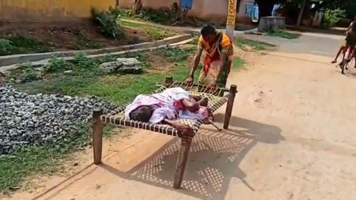 Viral Wanita Seret Ibunya yang Terbaring di Tempat Tidur ke Bank, Demi Dapat Bantuan Rp 280 Ribu