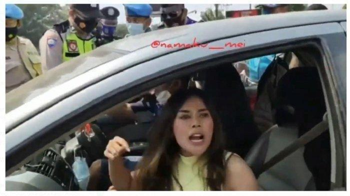 Wanita Ini Maki-maki Petugas Penyekatan Tak Mau Putar Balik Hingga Tabrak Pembatas Jalan