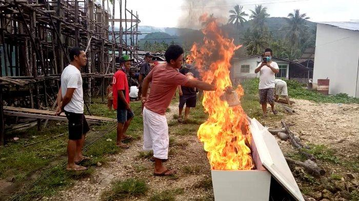 Tolak Pemakaman Protokol Covid-19, Warga di Banggai Kepulauan Bakar Peti Jenazah