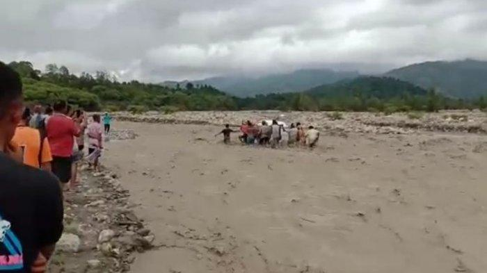 Tak Ada Jembatan, Video Perjuangan Warga Bawa Jenazah Terobos Sungai yang Tengah Banjir Viral