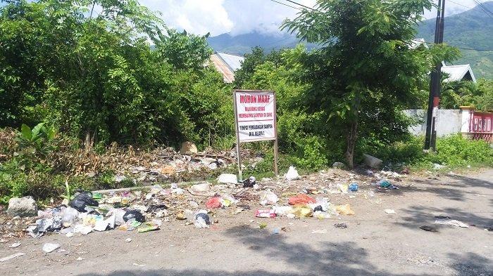 Warga Sekitar Jl Tanderante Kota Palu Tak Hirauan Papan Larangan Buang Sampah Sembarang