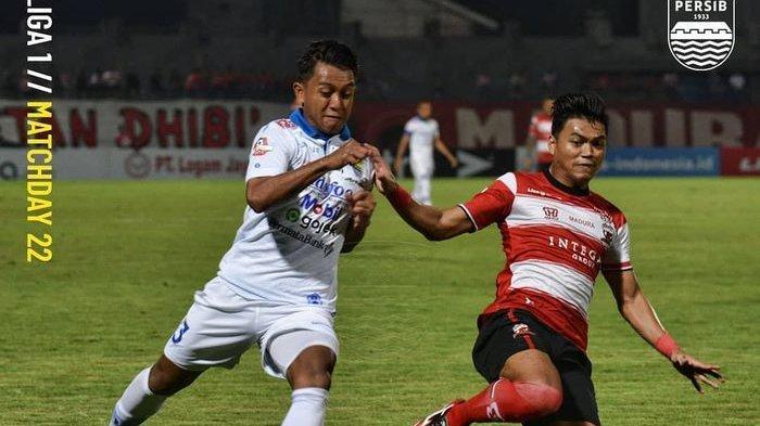 Winger Persib Bandung, Febri Hariyadi, mendapatkan kawalan dari bek Madura United, Alfath Fathier, pada laga pekan ke-22 Liga 1 2019.