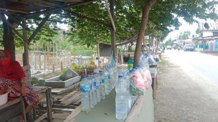 Nenek 74 Tahun Biayai Anak Kuliah dengan Berjualan Air dan Bunga di Sekitar Pemakaman Pogego Palu