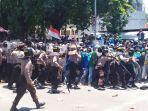 aksi-demonstrasi-oleh-ribuan-mahasiswadi-kota-palurabu-2592019.jpg