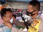 anggota-kepolisian-sektor-polsek-biromaru-membagikan-masker-gratis-kepada-warga.jpg
