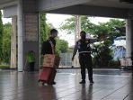 arahkan-penumpang-petugas-dishub-kota-palu.jpg