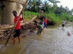 babinsa-bersama-warga-membersihkan-kotoran-di-sungai-desa-karang-anyar.jpg