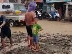 banjir-lumpur-menggenangi-ruas-jalan-dan-pemukiman-warga-di-dusun-i-desa-labota.jpg