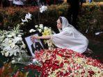 bunga-citra-lestari-berdoa-di-depan-makam-ashraf-sinclair.jpg