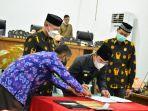 bupati-sigi-mohamad-irwan-bersama-ketua-dprd-sigi-usai-menandatangani-kua-ppas-apbd-2022.jpg