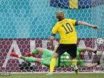 gelandang-swedia-emil-forsberg-mencetak-gol-penalti.jpg