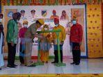 gubernur-sulawesi-tengah-longki-djanggola-memukul-gong-pertanda-launching-dokumen-adat-perkawinan.jpg