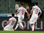 hakan-calhanoglu-saat-merayakan-gol-tunggal-dalam-pertandingan-ac-milan-vs-fiorentina.jpg