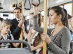 ilustrasi-penumpang-wanita-di-dalam-transportasi-publik.jpg