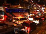 kendaraan-bermotor-dari-arah-bandung-menuju-tasikmalaya-terjebak-kemacetan-di-jalan-cagak-nagreg.jpg