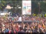 kunjungan-presiden-joko-widodo-atau-jokowi-maumere-mengakibatkan-kerumunan.jpg