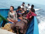 lima-pelaku-illegal-fishing-saat-diamankan-di-kawasan-taman-nasional-rabu-852019.jpg