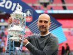 manajer-manchester-city-pep-guardiola-bersama-trofi-piala-fa-musim-2018-2019.jpg