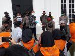 masyarakat-dan-mahasiswa-berunjuk-rasa-di-kantor-bupati-banggai-sulawesi-tengah.jpg